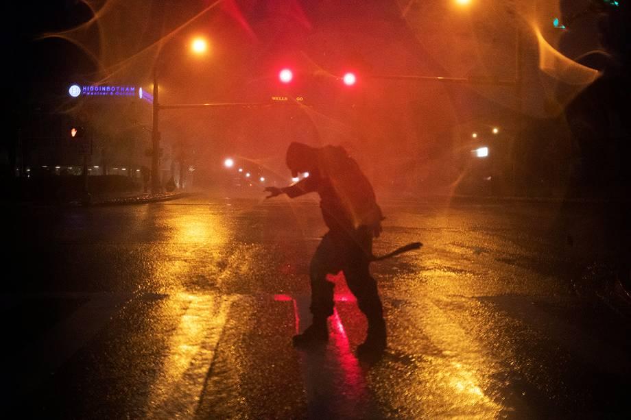 O furacão Harvey atingiu a costa dos Estados Unidos e deixou mais de 200 mil pessoas sem electricidade no estado do Texas.