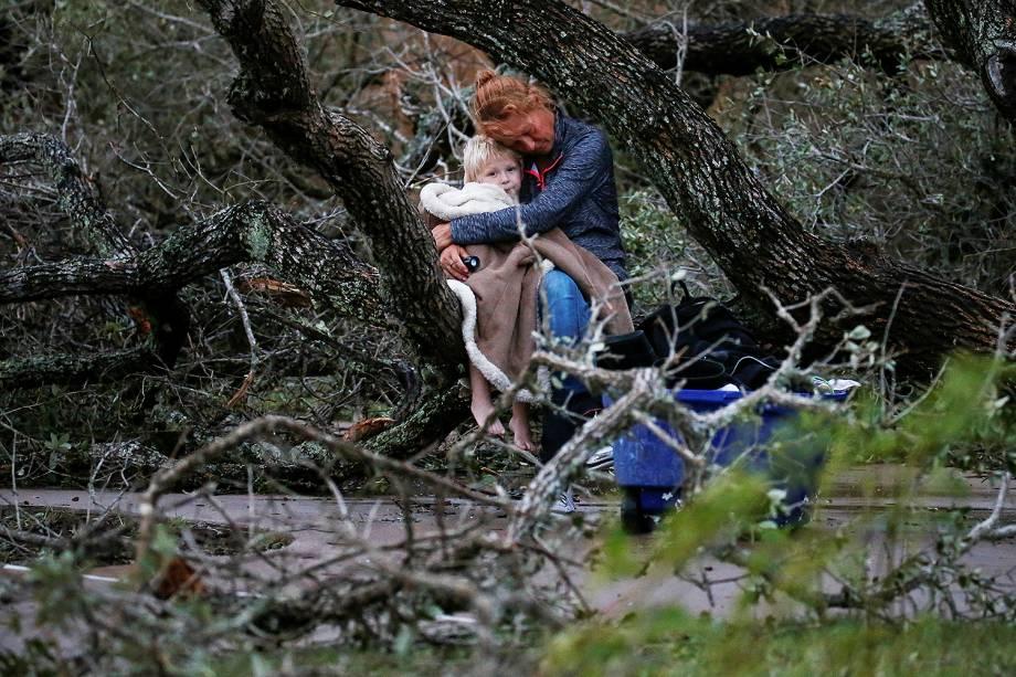Lisa Rehr segura seu filho Maximus, após a passagem do furacão Harvey que deixou um rastro de destruição em Rockport, Texas (EUA) - 27/08/2017