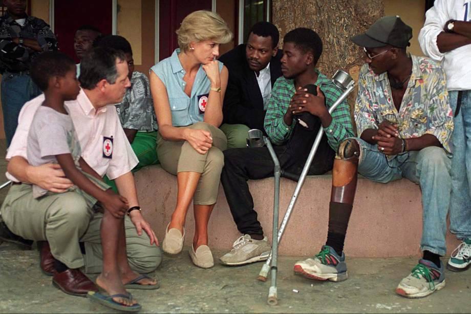 Princesa Diana em Neves Bendinha, Luanda, capital da Angola, durante uma oficina ortopédica de Icrc com vítimas de minas terrestres - 14/01/1997