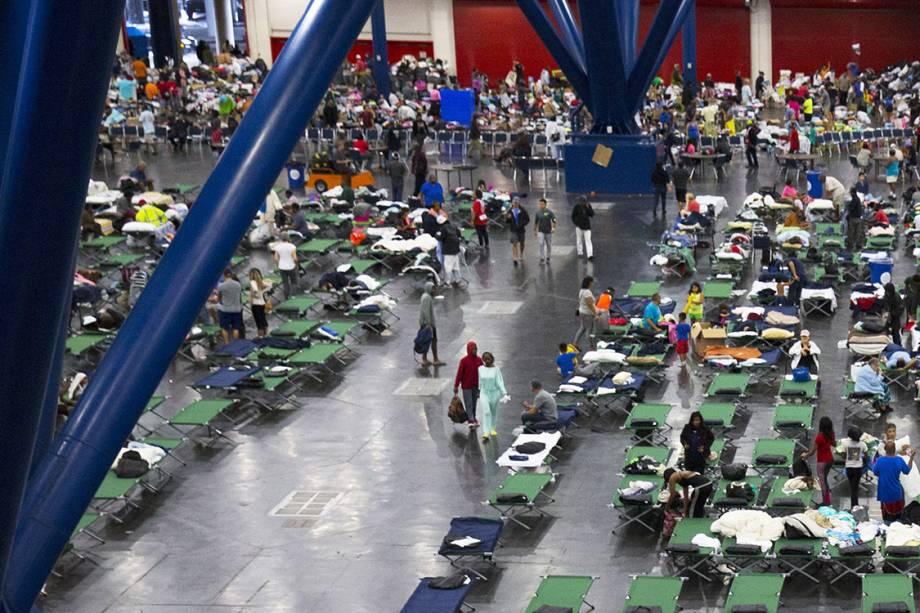Pessoas desabrigadas devido ao furacão Harvey, são acolhidas em um centro convenções, em Houston