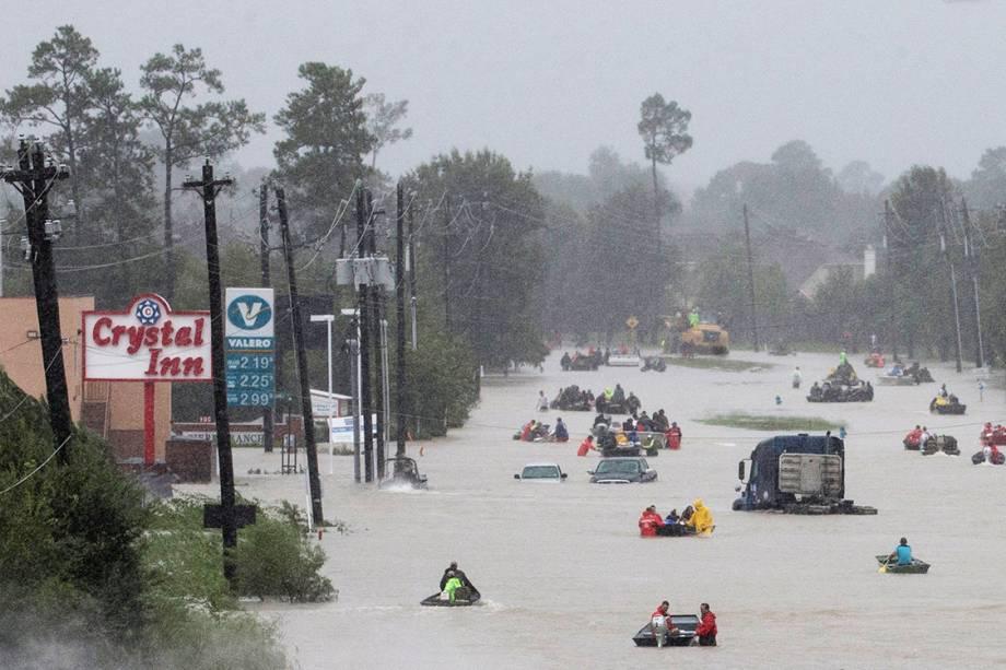 Moradores de Houston usam barcos para se locomoverem pela cidade, após inundações causada pelo furacão Harvey, no texas
