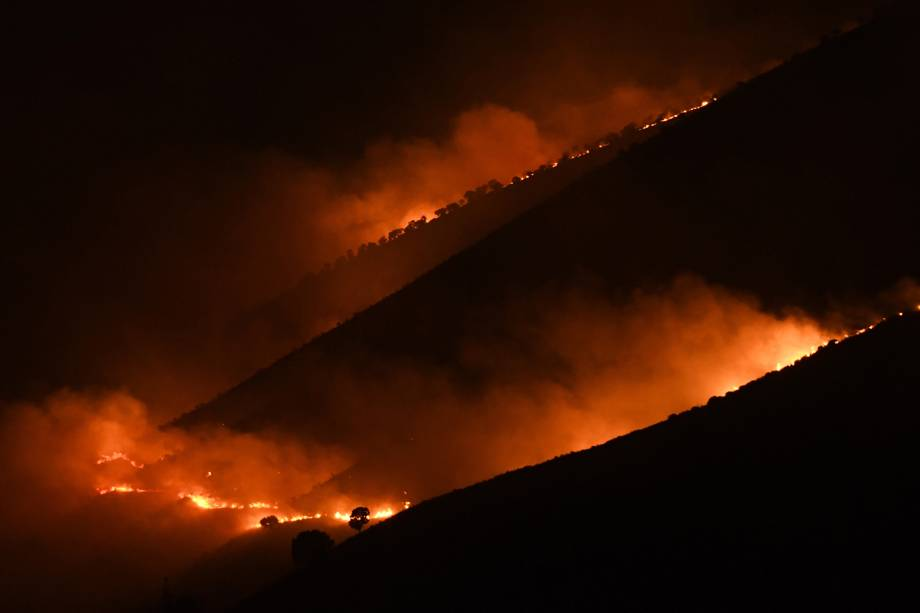 Chamas e fumaça tomam conta de uma floresta perto de Sarande na região montanhosa de Muzina, no sul da Albânia. Os incêndios florestais se espalharam por toda a Albânia, muitas vezes em áreas pouco acessíveis e remotas devido a onda de calor extremo inesperado - 09/08/2017