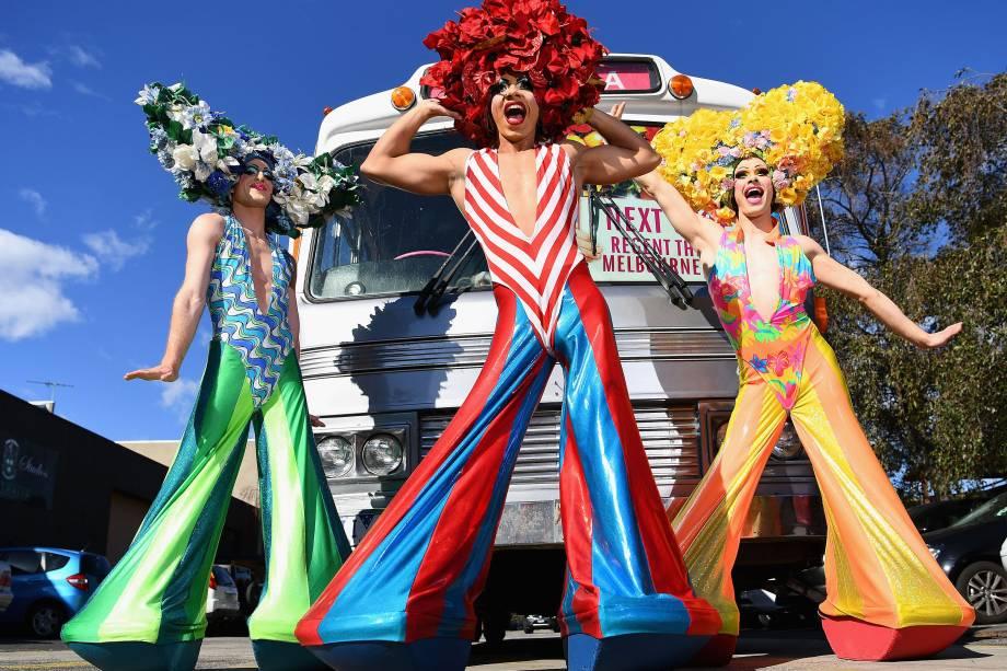 Atores posam em frente ao ônibus original de Priscilla, Rainha do Deserto, comemorando o 10º aniversário do musical e a volta do espetáculo para Melbourne - 14/08/2017