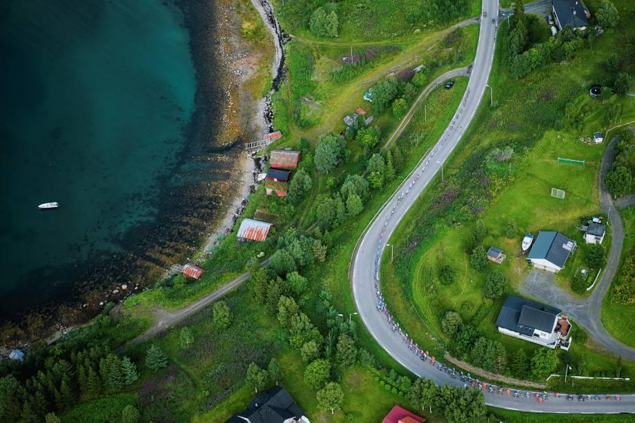 Competidores participam da segunda etapa de 184,5 km da Corrida Ártica da Noruega entre o Aeroporto Sjoevegan e Bardufoss - 11/08/2017