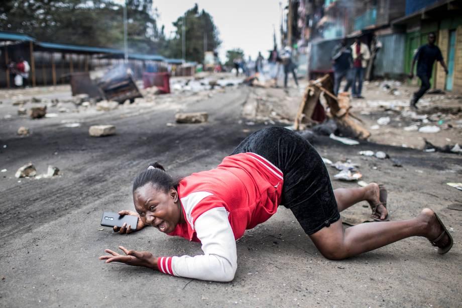 Mulher reage durante confronto entre tropas policiais e manifestantes partidários do candidato da Super-Aliança Nacional (NASA) que protestam contra suposta fraude na eleição presidencial do Quênia, em Nairóbi - 11/08/2017