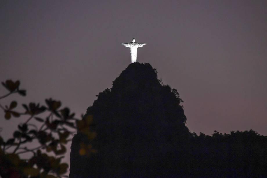 Cristo Redentor, no morro do Corcovado, iluminado durante o pôr do sol no Rio de Janeiro - 10/08/2017