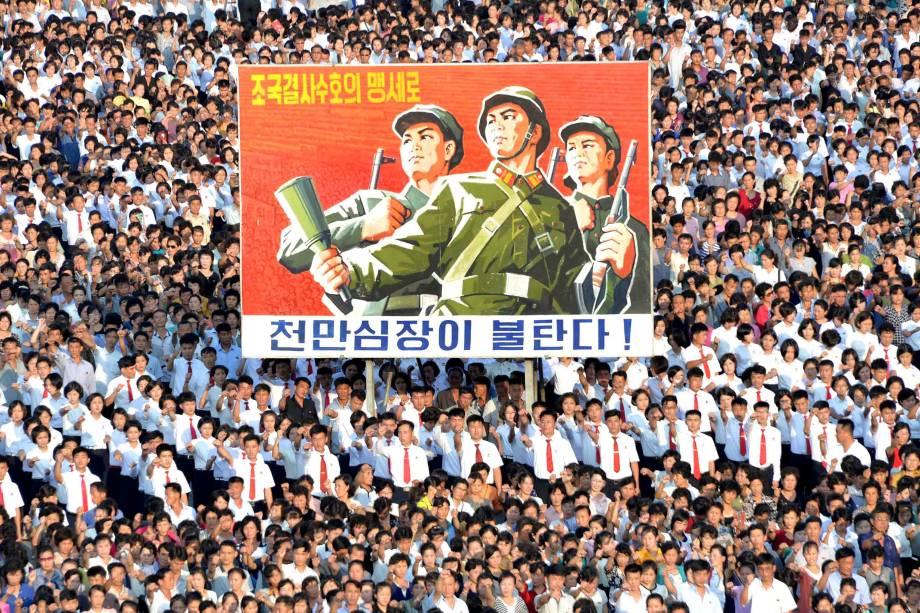 Cidadãos de Pyongyang, capital da Coreia do Norte, se reúnem na Praça Kim Il Sung durante desfile militar em apoio ao ditador Kim Jong-un - 09/08/2017