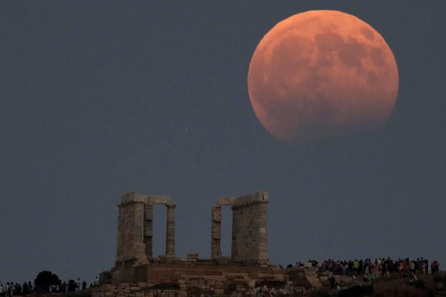 O templo de Poseidon é visto enquanto a lua cheia fica parcialmente coberta pela sombra da Terra durante um eclipse lunar em Cape Sounion, a leste de Atenas, na Grécia - 07/08/2017