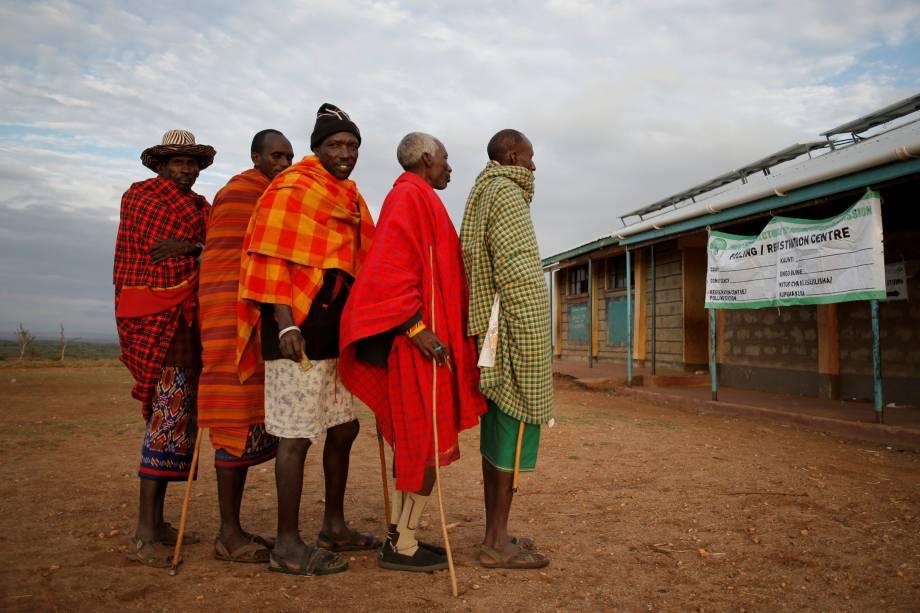 Membros da tribo Samburu esperam para votar durante as eleições presidenciais em uma vila perto de Baragoy, no Quênia - 08/08/2017