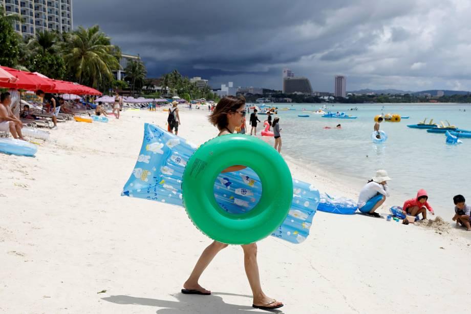 Turistas se divertem na praia de Tumon, na ilha de Guam, território dos Estados Unidos no Pacífico - 10/08/2017