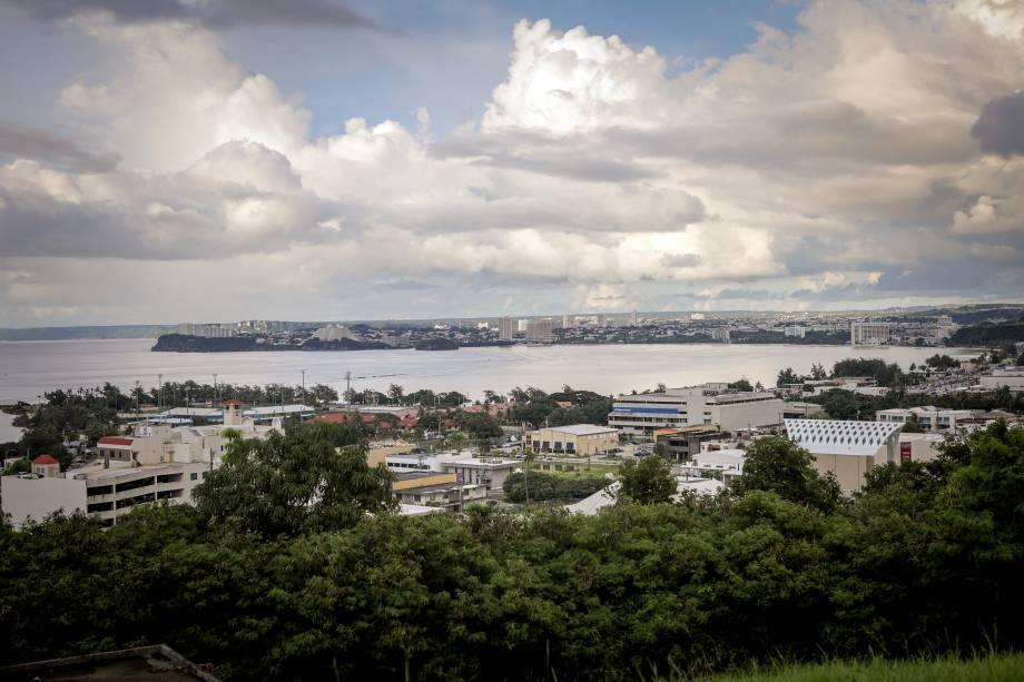 Vista geral da cidade de Tamuning na ilha de Guam