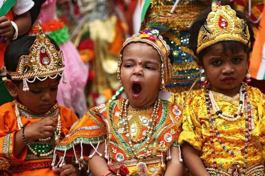 Crianças vestidas com roupas do Deus Hindu Krishna esperam para realizar as comemorações antes do festival Janmashtami, que marca o aniversário do nascimento de Lord Krishna, em Ajmer, na Índia - 14/08/2017