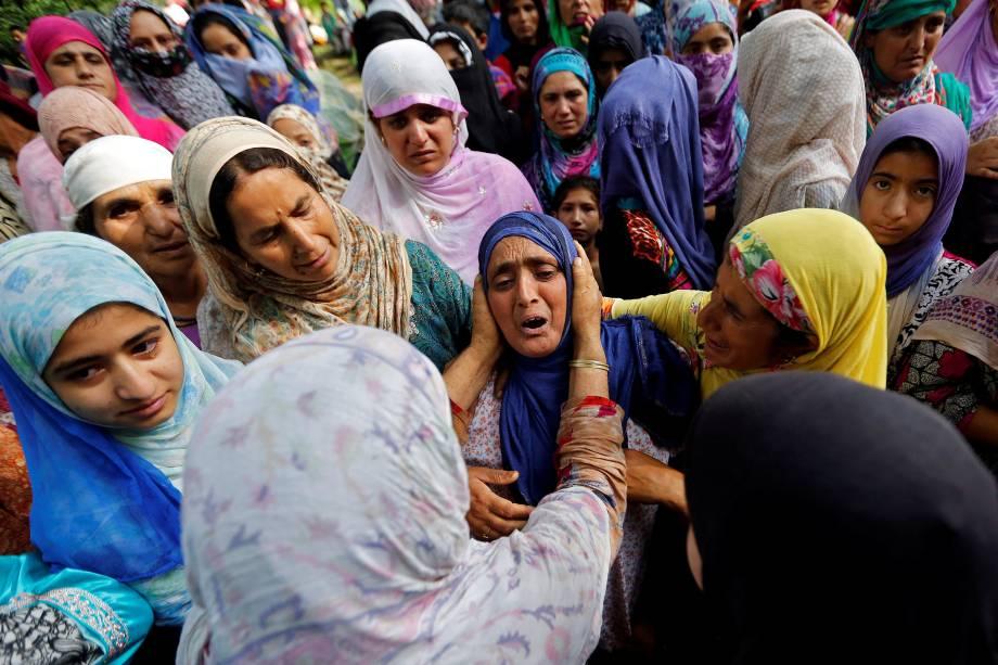 Mulher consola uma parente de Zahid Ahmad Bhat  durante suas orações funerárias na aldeia de Nawdal, distrito de Pulwama na Índia. O militante suspeito, que de acordo com a mídia local, foi morto em um encontro com as forças de segurança indianas na vila de Gulab Bagh, em Tral - 10/08/2017
