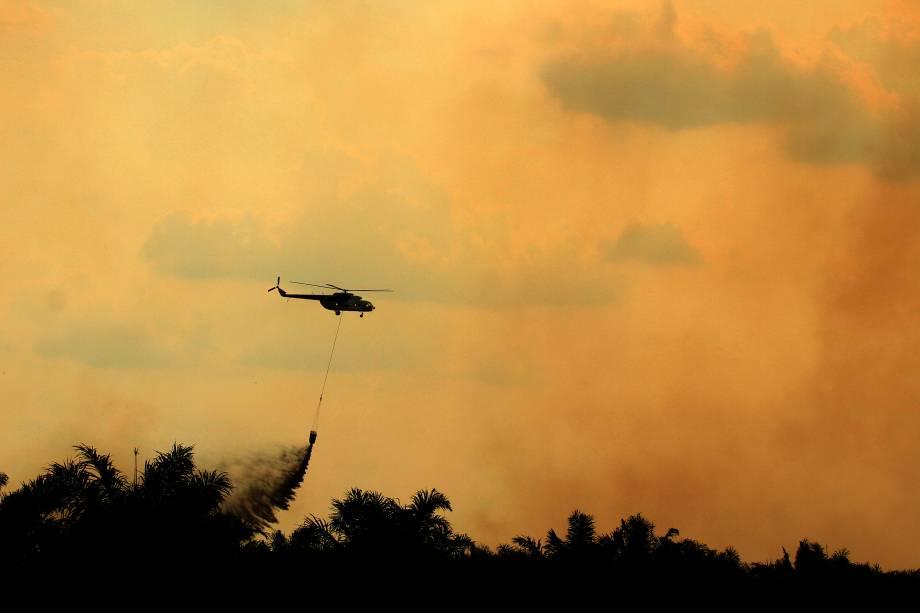 Um helicóptero operado pela Agência Indonésia de Mitigação de Desastres (BNPB) realiza operações para apagar o incêndio florestal em Ogan Ilir, Sumatra do Sul - 07/08/2017