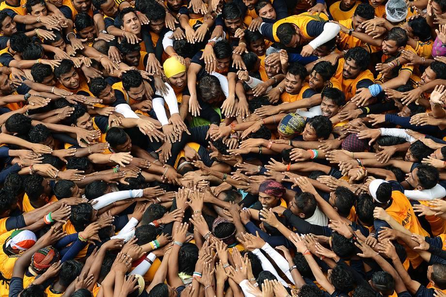 Devotos durante comemorações do festival de Janmashtami, em Mumbai, na Índia - 15/08/2017