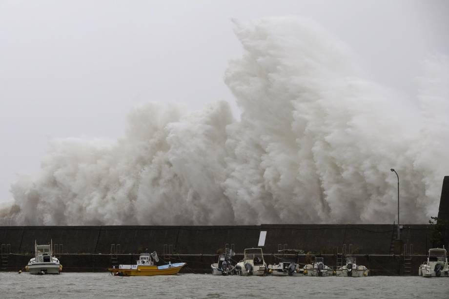 Uma grande onda causada pelo tufão Noru se choca contra um quebra-mar em Aki, Prefeitura de Kochi, no Japão - 07/08/2017