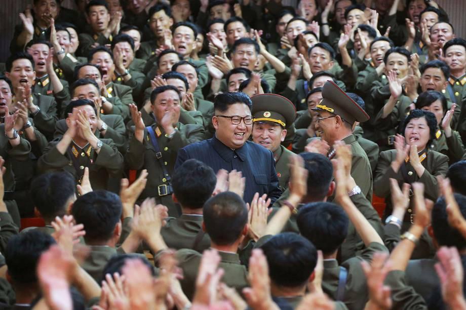 Em imagem divulgada nesta terça-feira (15), o líder da Coréia do Norte Kim Jong Un é visto com oficiais militares no Comando da Força Estratégica do Exército Popular Coreano (KPA) em um local desconhecido na Coréia do Norte.