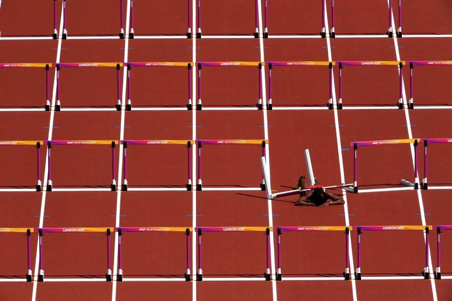 A corredora Deborah John, de Trindade e Tobago, é fotografada ao cair durante o aquecimento dos 100 metros com barreiras, no Mundial de Atletismo em Londres, na Inglaterra - 11/08/2017