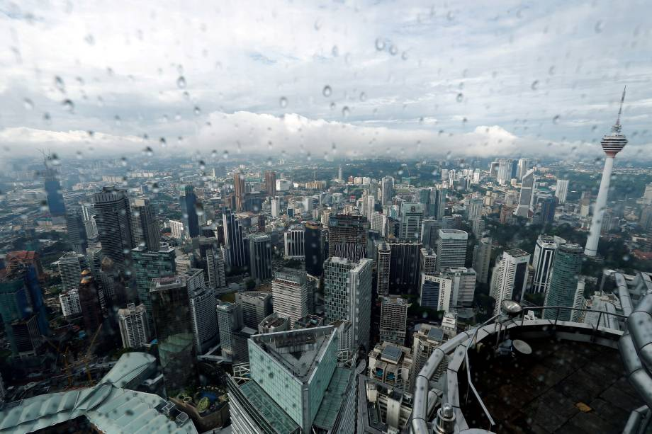 Vista aérea da capital da Malásia, Kuala Lumpur, fotografada após a chuva - 15/08/2017