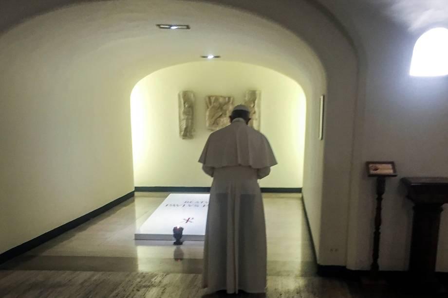 Papa Francisco reza diante túmulo do Papa Paulo VI, morto em 1978, após missa em memória do aniversário de sua morte no Vaticano - 07/08/2017