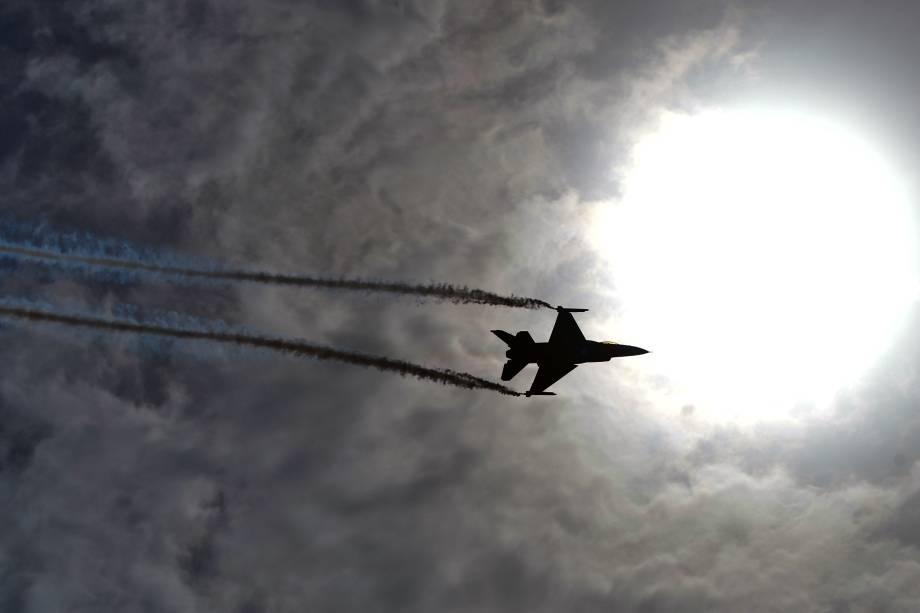 Uma equipe de acrobacias aéreas executa manobras com aviões de caça no céu da cidade de Carachi, comemorando o dia da independência do Paquistão - 14/08/2017
