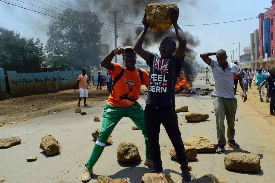 Os apoiantes da Super-Aliança Nacional do Quênia (NASA) usam pedras para montar uma barricada em uma estrada em Kisumu, durante confronto com as forças de segurança após o anúncio dos resultados das eleições nacionais - 09/08/2017