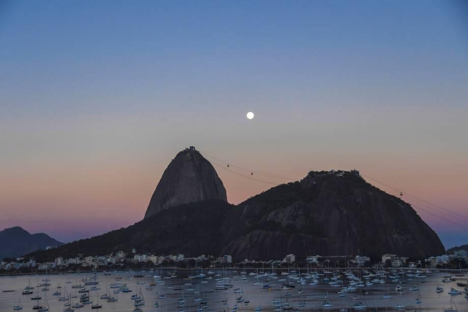 Vista do anoitecer com a lua sobre o Pão de Açúcar, no Rio de Janeiro - 07/08/2017