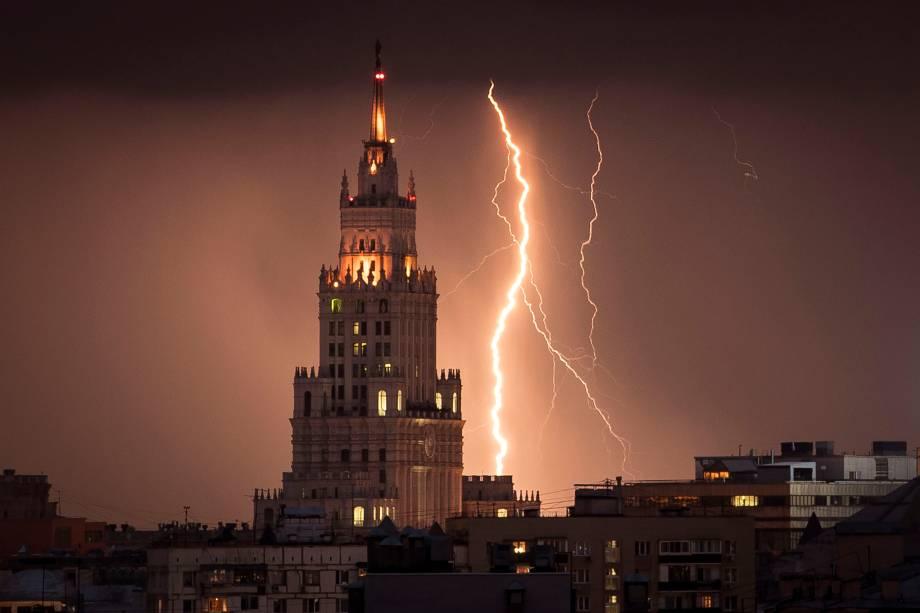 Relâmpagos iluminam o céu durante a noite, na cidade de Moscou, Rússia - 14/08/2017