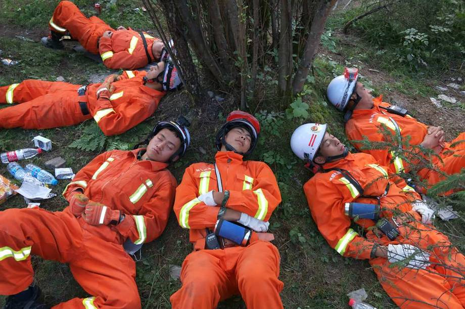 Policiais paramilitares descansam após uma operação de resgate de 18 horas em Jiuzhaigou, na província de Sichuan, no sudoeste da China. Dezenas de milhares de pessoas precisaram ser evacuados após um forte terremoto ter matado pelo menos 19 pessoas - 09/08/2017