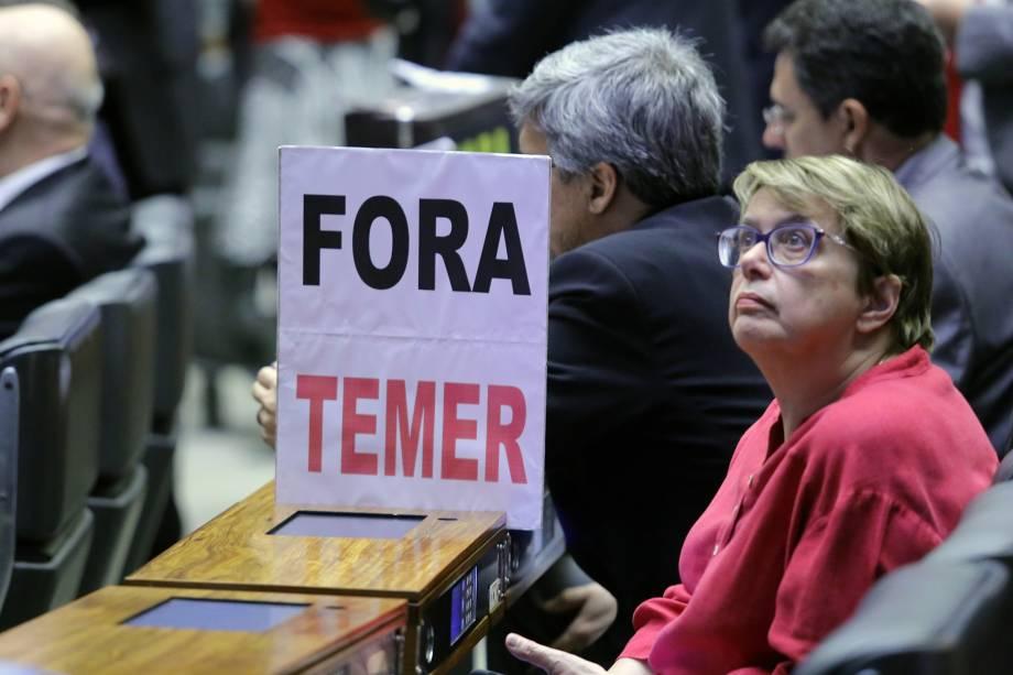 Oposição pede a saída de Temer, durante a discussão dos deputados sobre a denúncia de corrupção contra o presidente - 02/08/2017