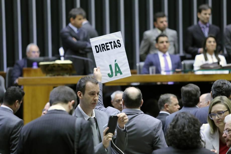 Na Câmara dos Deputados, em Brasília, membros da oposição pedem eleições diretas, durante a discussão sobre a denúncia contra o presidente Michel Temer - 02/08/2017