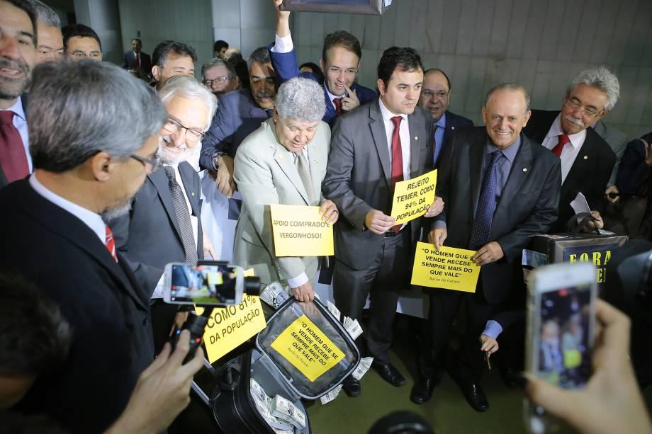 Deputados da oposição organizam manifestação contra Michel Temer durante a discussão sobre a denúncia do Presidente da República na Câmara dos Deputados, em Brasília - 02/08/2017
