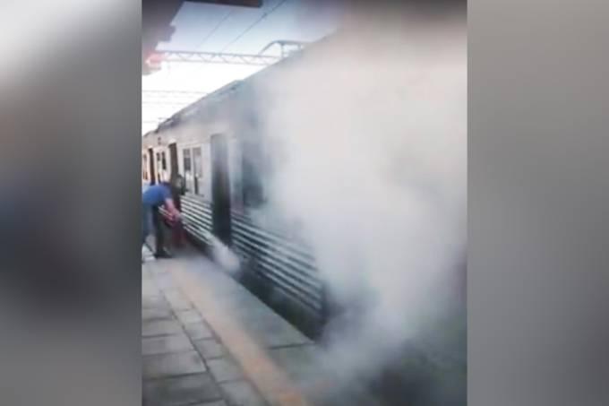 Funcionária tenta apagar incêndio em trem
