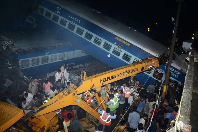 Trem descarrilha na Índia