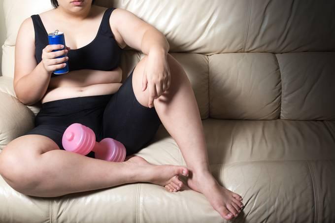 Mulher desistindo de atividades físicas