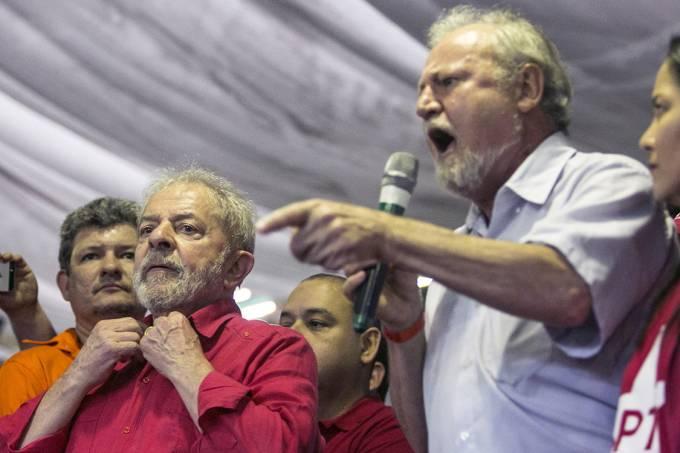 João Pedro Stédile discursa ao lado do ex-presidente Lula durante a 11ª plenária da CUT