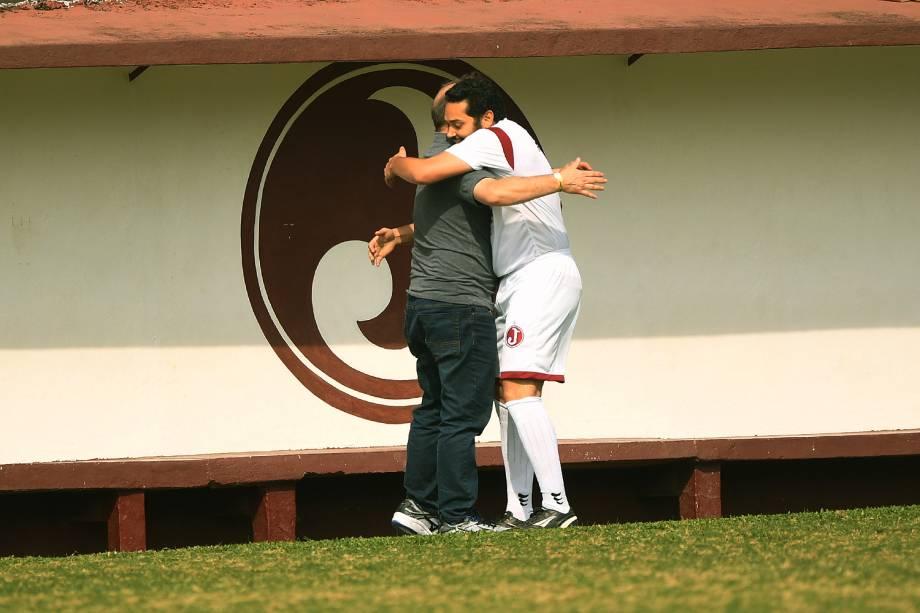 <span>Ricardo Senese, autor de três gols, abraça o pai Eugênio na comemoração</span>