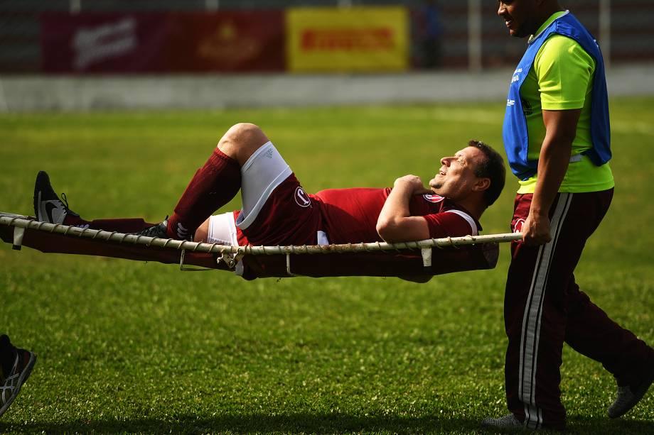 """Atleta sente lesão e é retirado de maca no evento """"Jogar na Javari"""""""