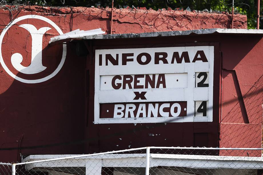 O placar manual da Rua Javari, um símbolo de resistência ao futebol moderno