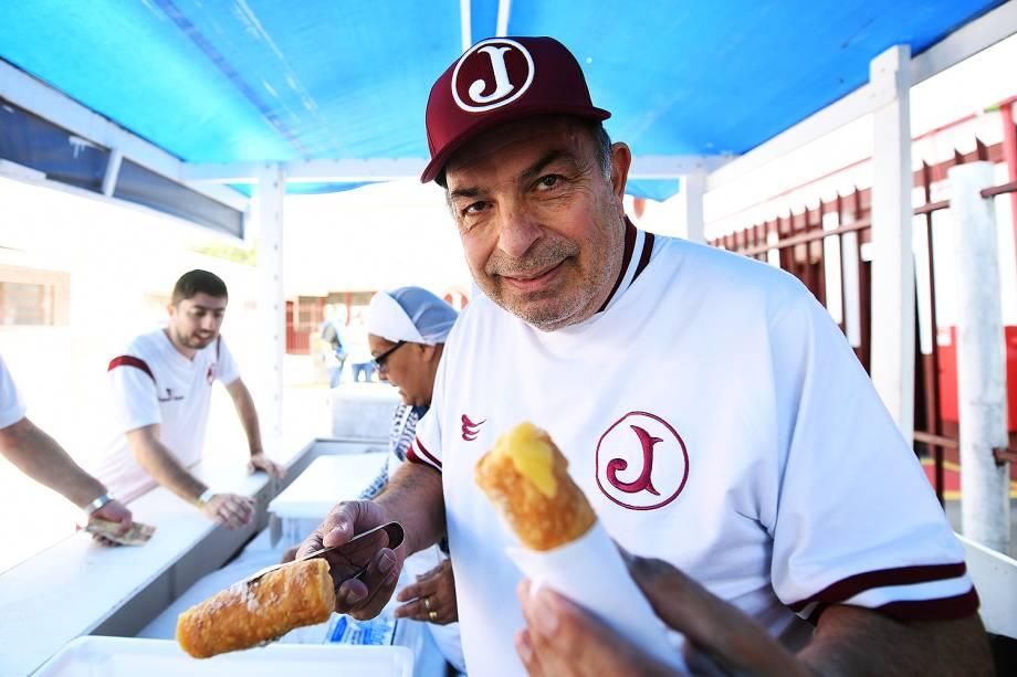 <span>Seu Antônio Cannoli, com os doces que vende há 47 anos na Rua Javari</span>