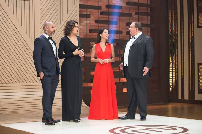 Ana Paula Padrão conversa com os chefs durante a final do MasterChef