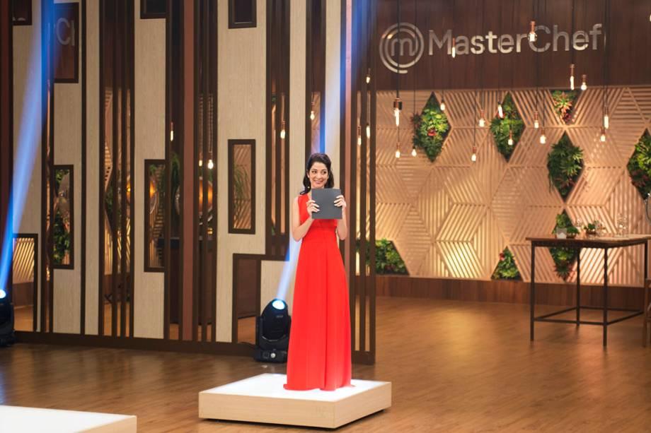 Ana Paula Padrão segura envelope com o nome da campeã do MasterChef