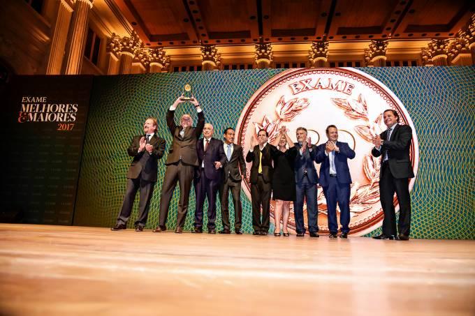 EMPRESA DO ANO – Os executivos da RaiaDrogasil recebem o prêmio da revista EXAME, ao lado de Giancarlo Civita, presidente da Abrilpar (à esq.)