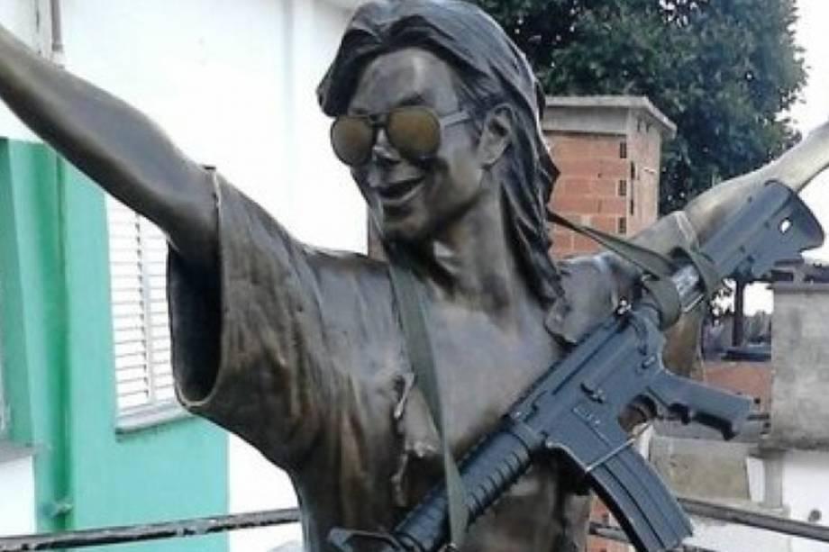 Foto da estátua de Michael Jackson com um fuzil, no Morro Dona Marta - 14/08/2017