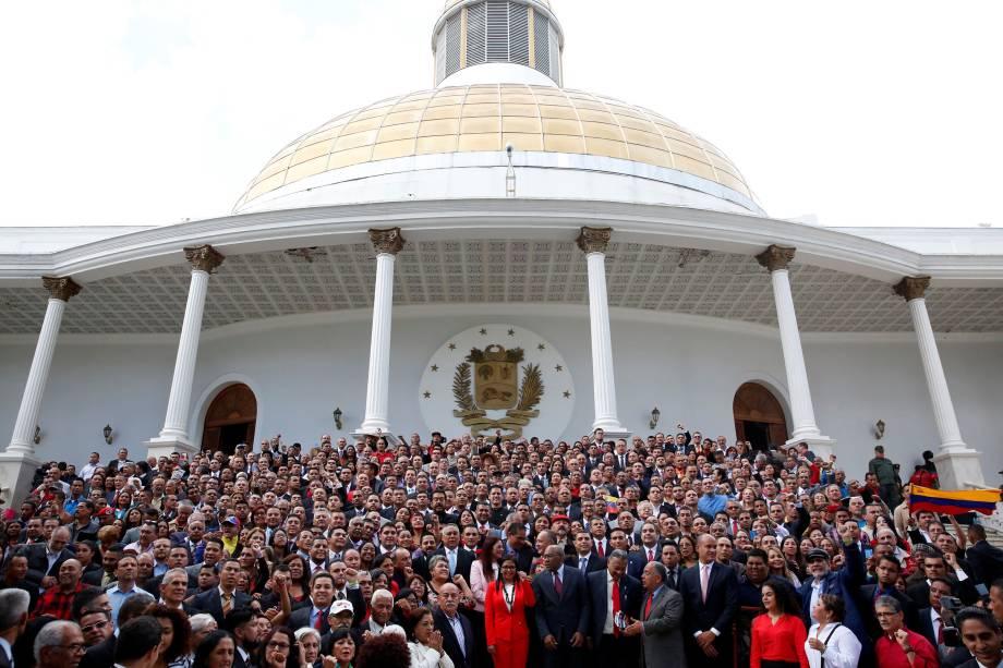 Membros da Assembleia Nacional Constituinte posam para foto em frente ao Palácio Legislativo Federalem Caracas - 04/08/2017