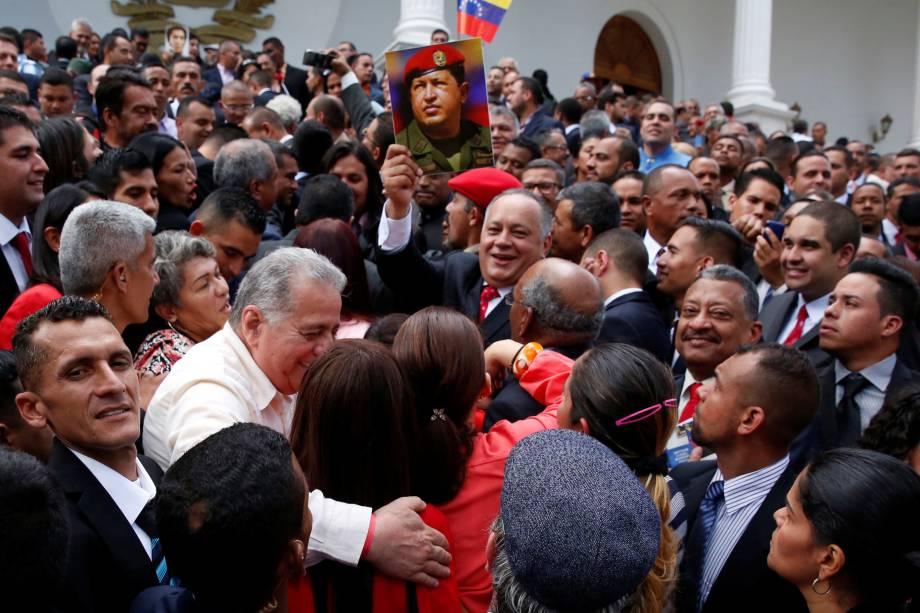 Diosdado Cabello, membro da Assembleia Nacional Constituinte, segura uma foto do ex-presidente da Venezuela, Hugo Chávez, durante a primeira sessão da assembleia no Palácio Legislativo Federal em Caracas - 04/08/2017