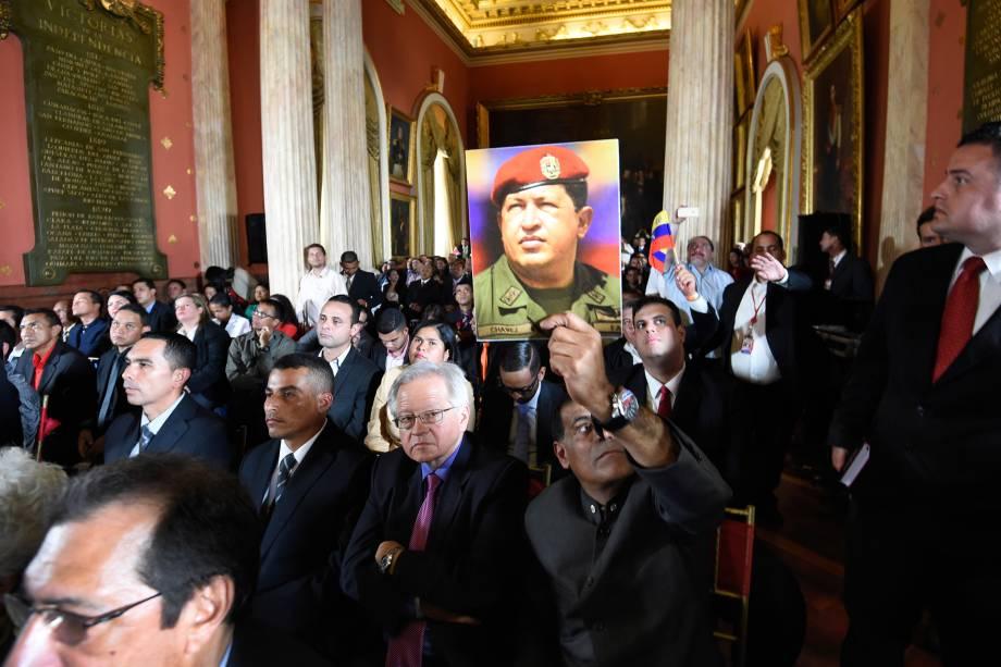 Homem segura uma foto do ex-presidente venezuelano Hugo Chávez durante a instalação da Assembleia Constituinte em Caracas - 04/08/2017