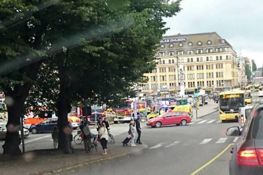Imagem de celular da Praça do Mercado de Turku, onde várias pessoas foram esfaqueadas, na Finlândia - 18/08/2017