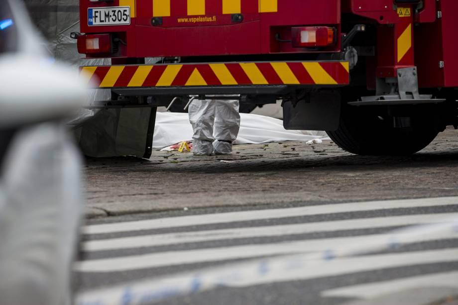 Equipes de resgate cobrem o corpo de uma vítima esfaqueada na Praça do Mercado de Turku, na Finlândia - 18/08/2017