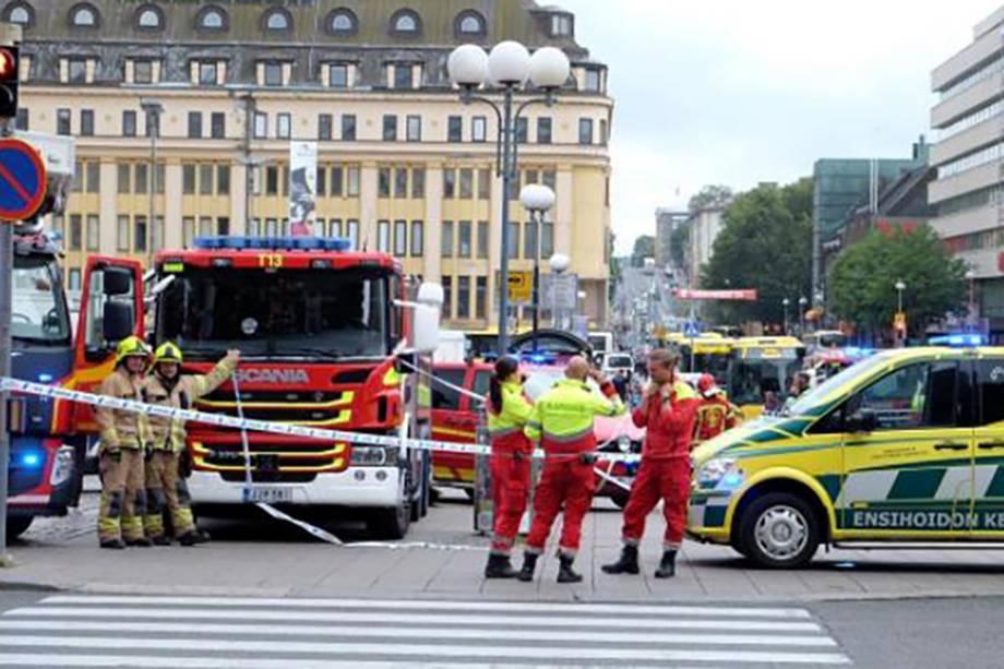 Policiais e socorristas trabalham na cena de um ataque com faca na cidade finlandesa de Turku - 18/08/2017